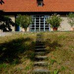 Wohnhaus und Holzlege Farbgestaltung Außenansicht