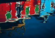 Farbige Häuserwände auf Burano spiegeln sich im Wasser