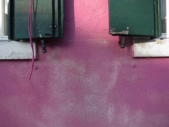 Fassadengestaltung auf Burano - magentarosa