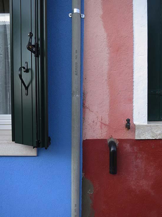 Fassadengestaltung auf Burano - oxydrot, rosa, blau