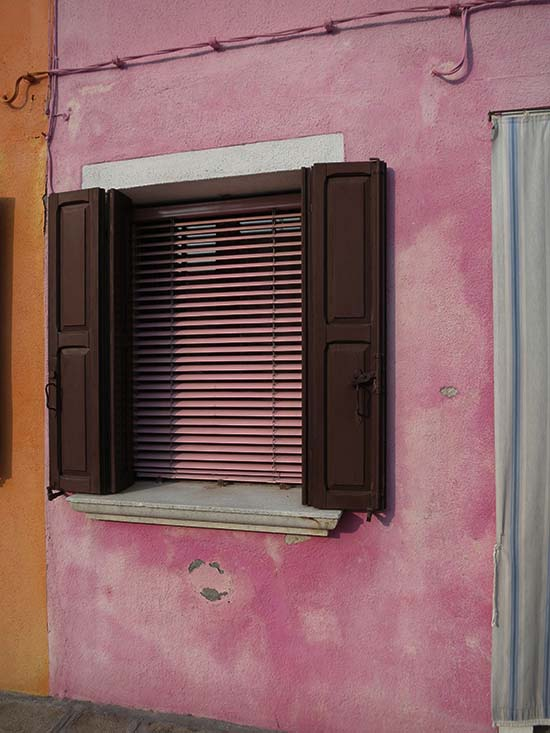 Fassadengestaltung auf Burano - rosa, orange, weiß, schwarzbraun
