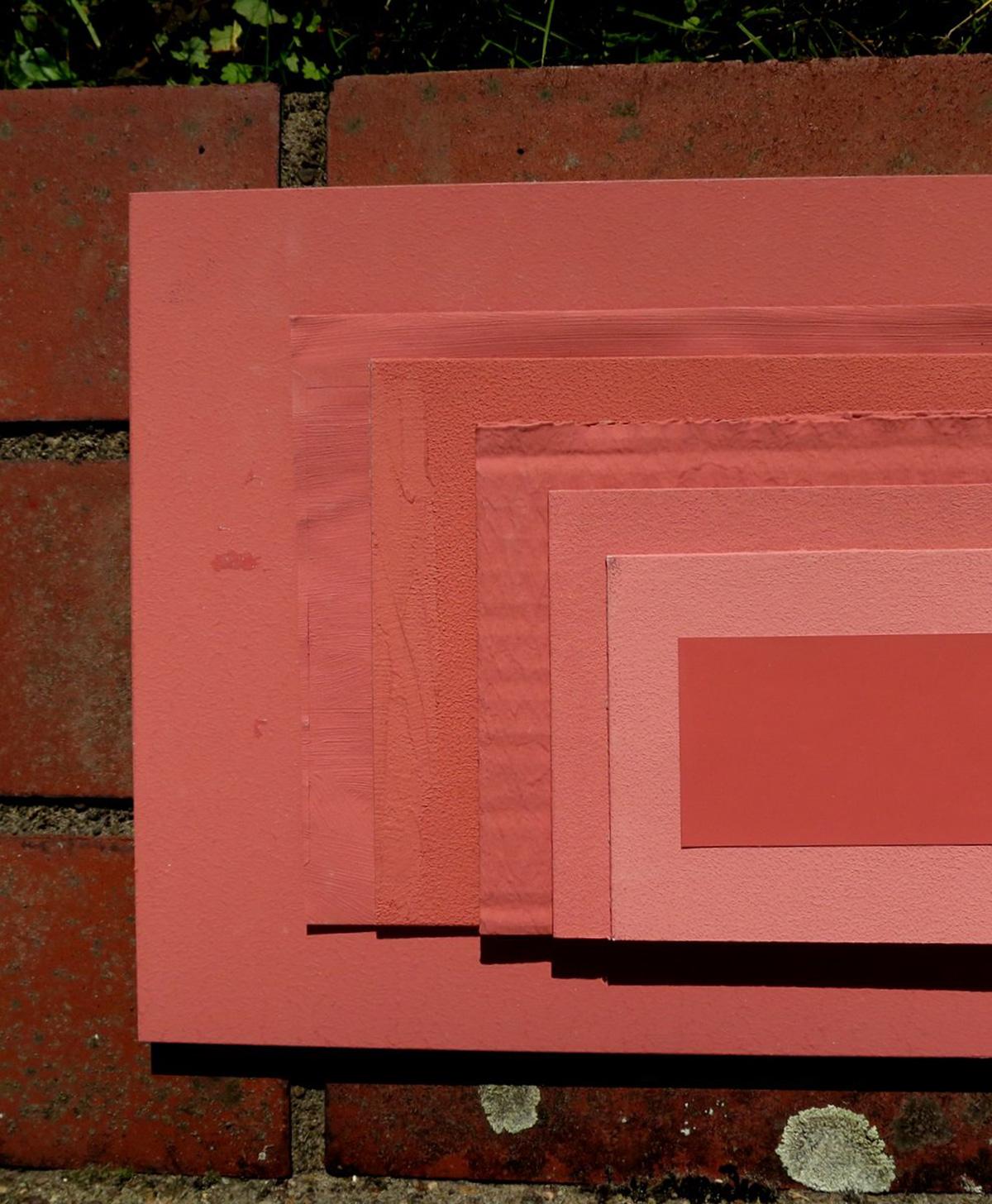 Anstrichmuster auf verschiedenen Materialien und Untergründen liegen aufeinander
