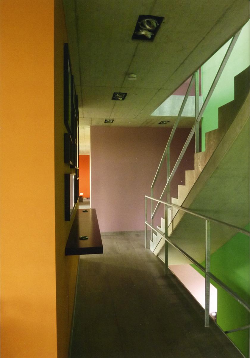 Farbgestaltung im Inneren eines Bürogebäudes in Dortmund, farbige Wände, farbige Treppe