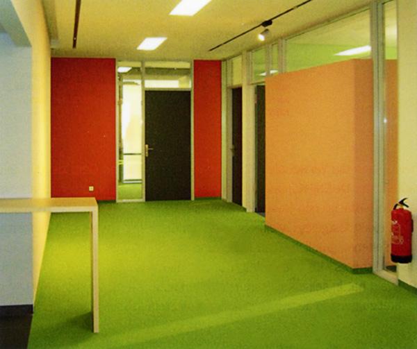Farbgestaltung im Inneren eines Bürogebäudes in Wesel, farbige Wände, farbige Treppe