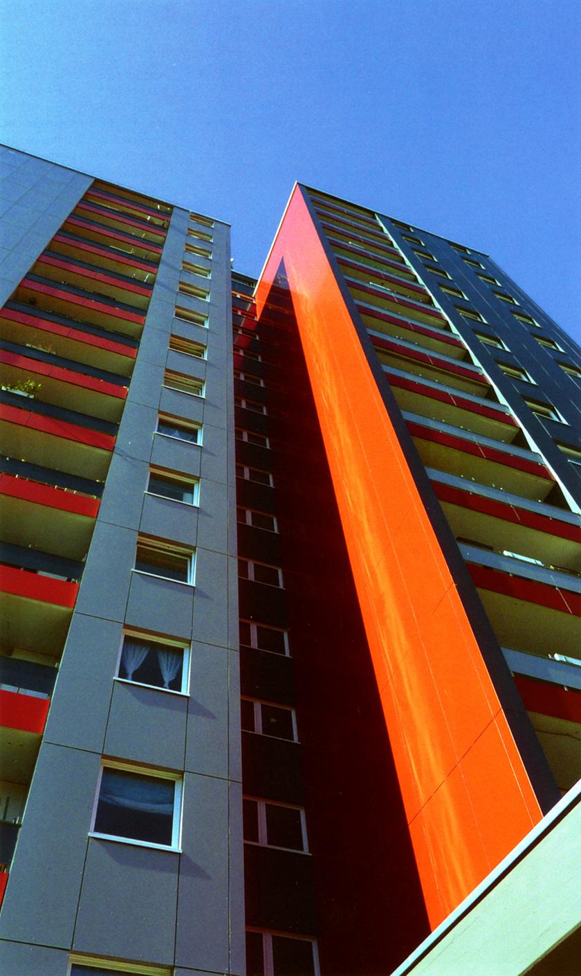 Farbgestaltung einer Fassade am WGL-Hochhaus in Leverkusen