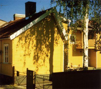 Ein gelb gestrichenes Holzhaus in Schweden