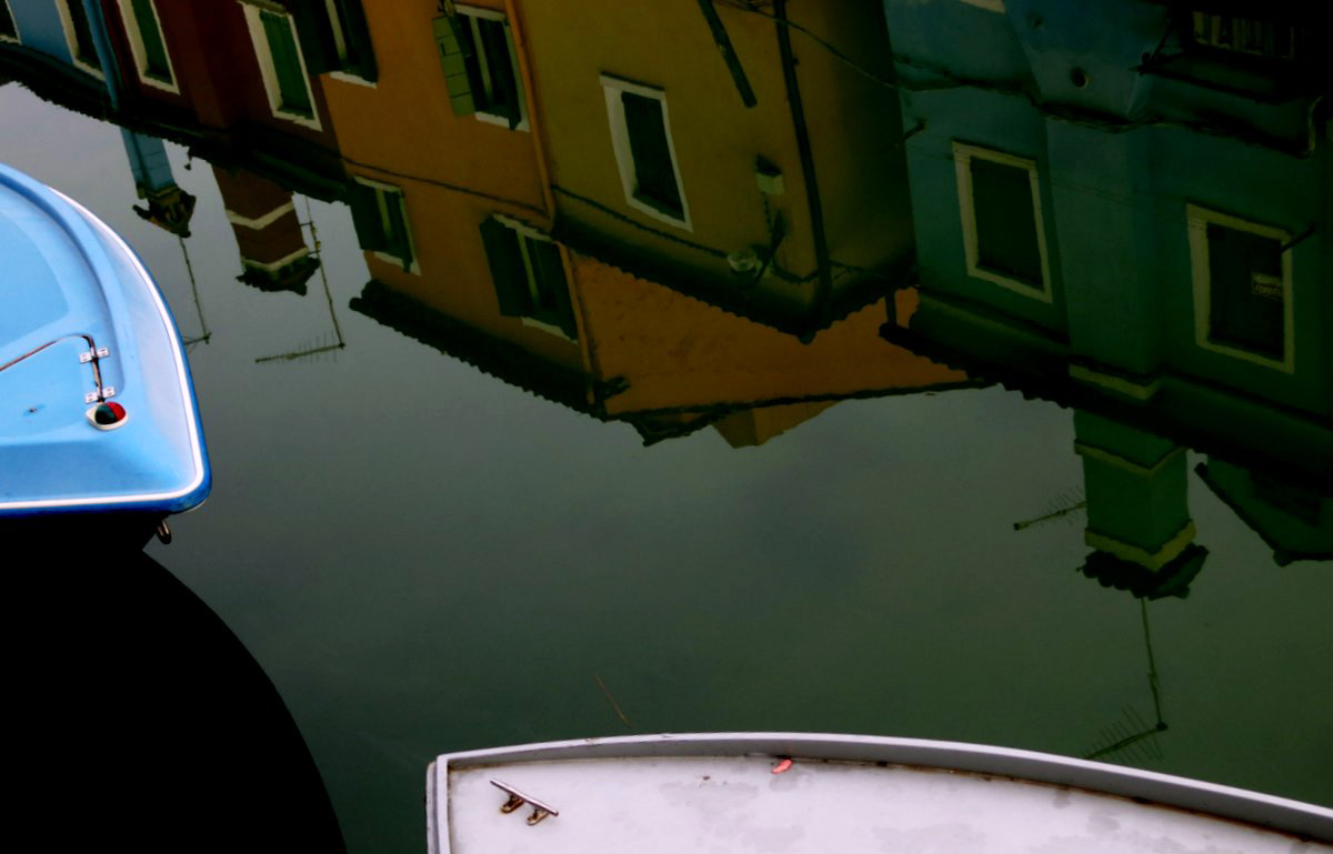 Abendstimmung auf Burano – eine farbige Häusserzeile spiegelt sich im Wasser