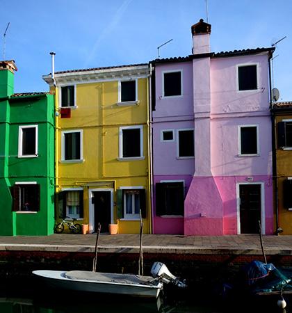 Eine farbige Häuserzeile auf Burano – giftiges Grün, Gelb, rosafarben