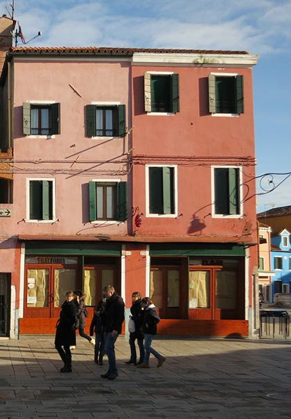 Häuserzeile auf Burano in klassischer Farbigkeit