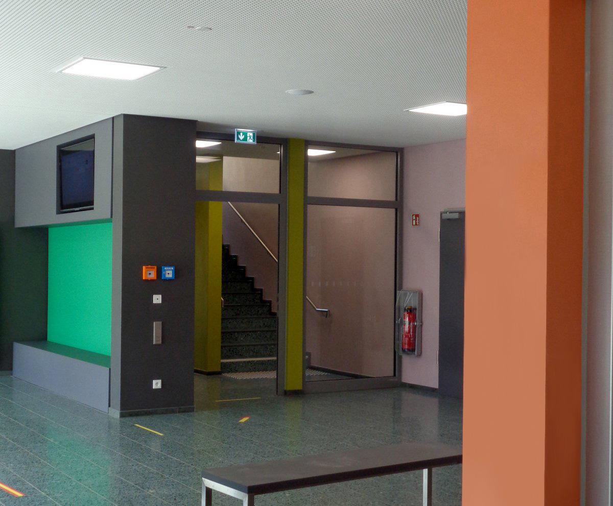 Farbgestaltung im Innern einer Schule Sitznische