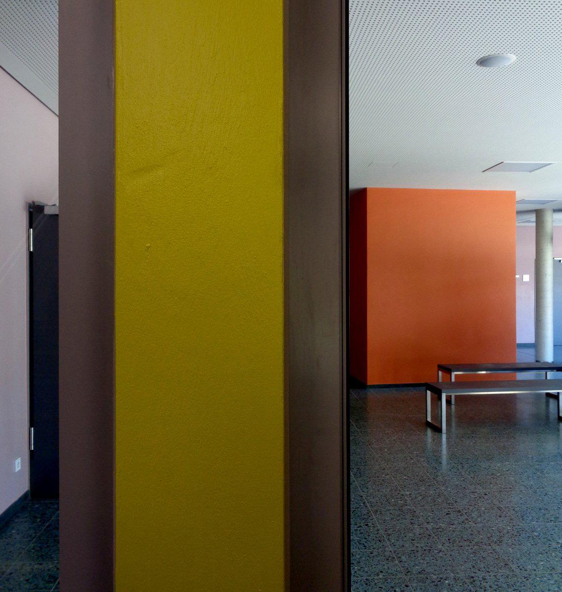 Farbgestaltung im Innern einer Schule